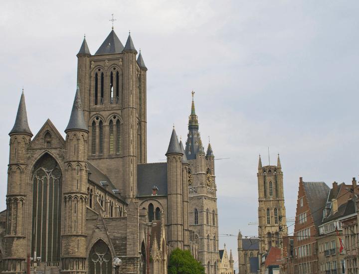Bonita vista de la Iglesia de San Nicolás con el belfort de fondo en el centro de Gante, Bélgica