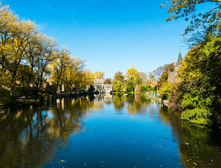 Espectacular vista del hermoso Minnewater en Brujas, Bélgica