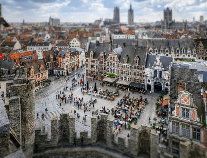 Bonita vista desde el castillo a la Plaza de Sint-Verlepleein en Gante, Bélgica