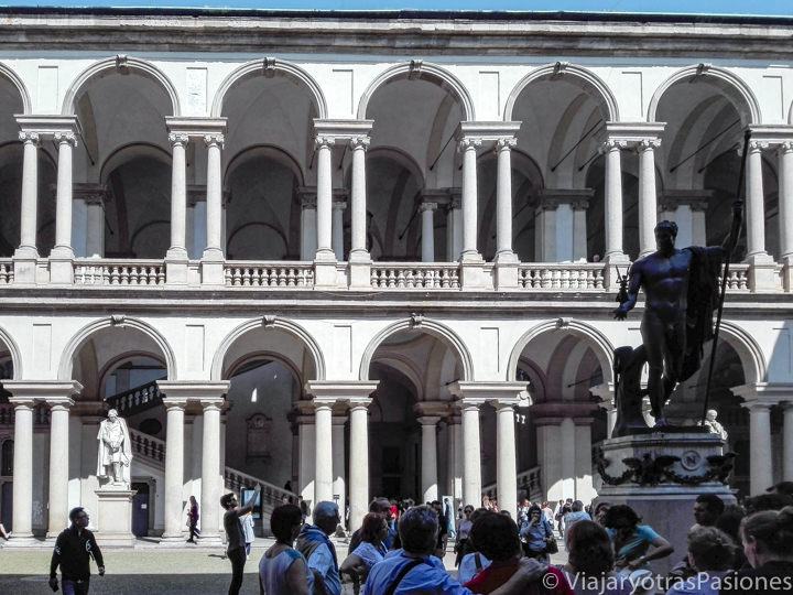 Patio de la Pinacoteca de Brera en Milán, en Italia