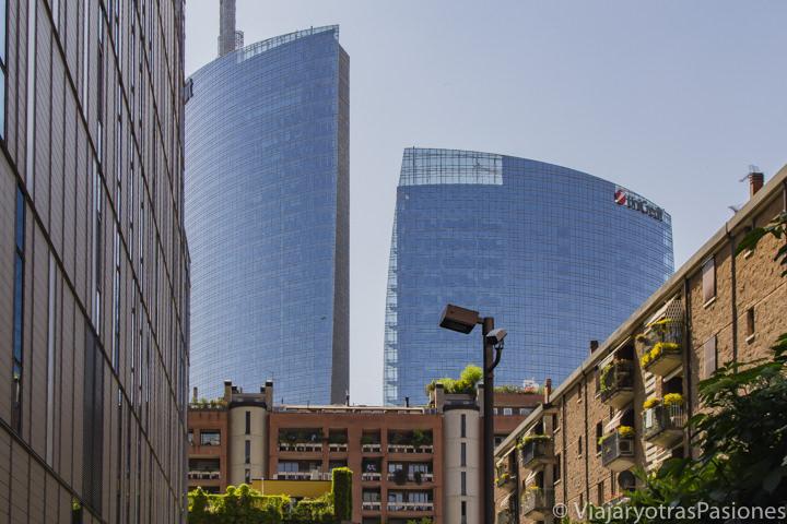 Vista de la impresionante Torre Unicredit en Milán, Italia