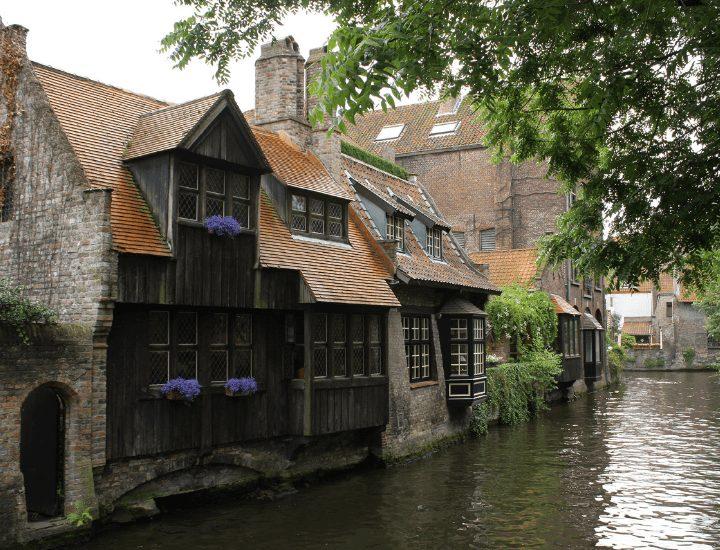 Preciosas casas de madera y piedra cerca del puente de San Bonifacio en Brujas