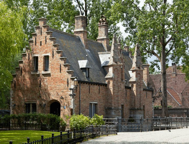 Vista del sashuis en el parque de Minnewater en Brujas, Bélgica