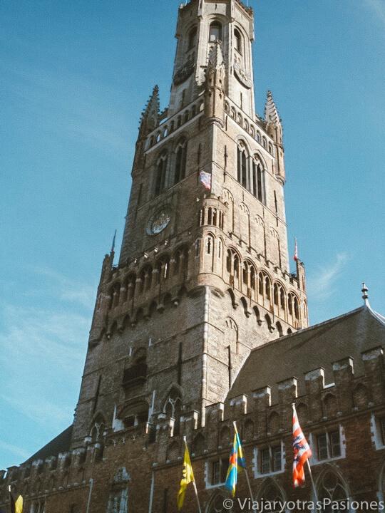 Vista de la famosa torre del Belfort en Brujas, Bélgica