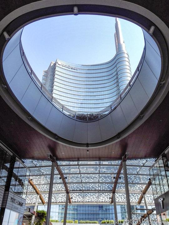 Espectacular detalle de la Piazza Gae Aulenti en Milán, Italia
