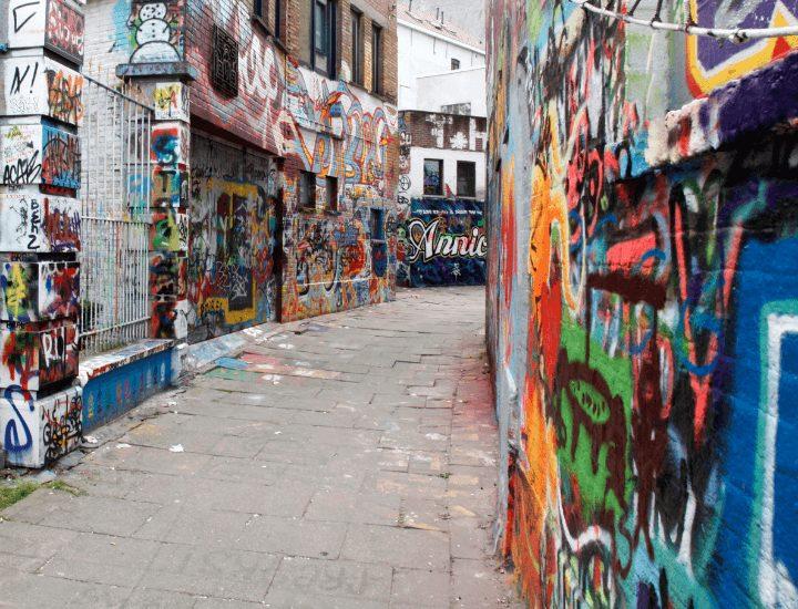 Vista de la bonita calle de los graffitis en Gante, Bélgica