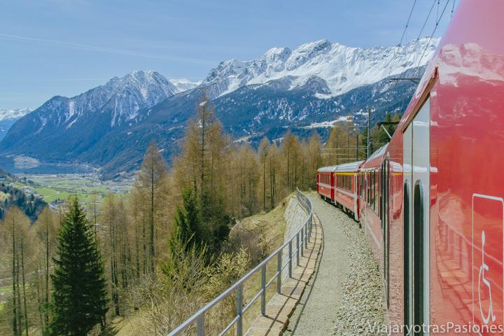 Bonita vista desde en Trenino del Bernina entre Italia y Suiza
