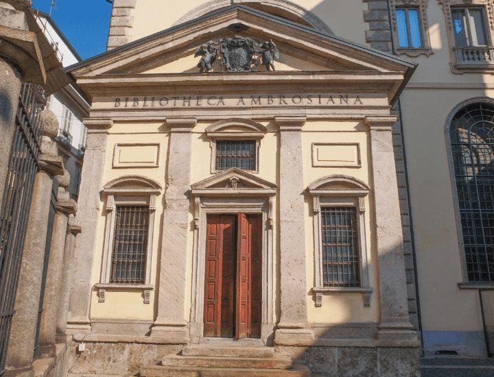 Fachada de la Pinacoteca Ambrosiana de Milán, Italia