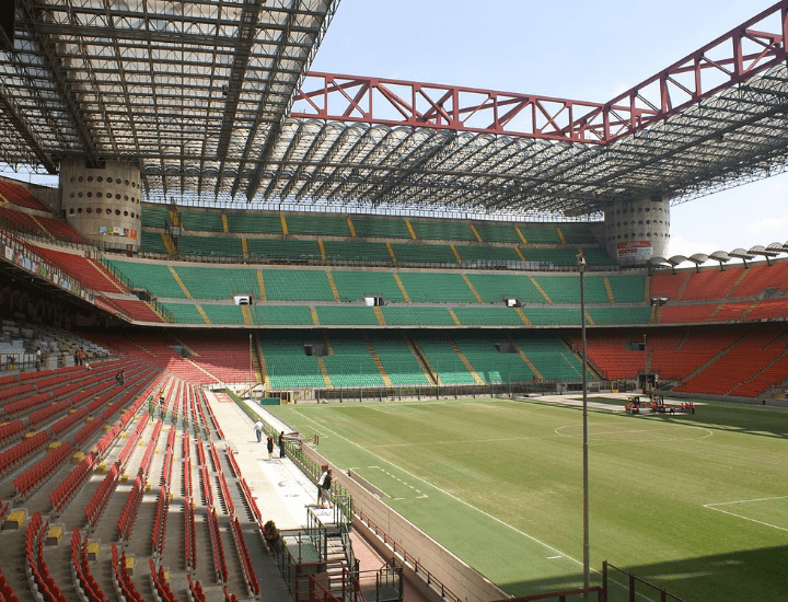 Vista del interior del famoso Stadio Giuseppe Meazza en Milán, Italia