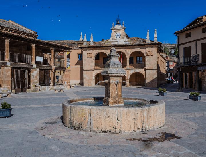 Hermosa vista de la Plaza Mayor de Ayllón en la provincia de Segovia, España