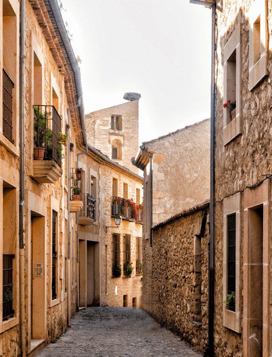 Vista de un callejón de Pedraza, España