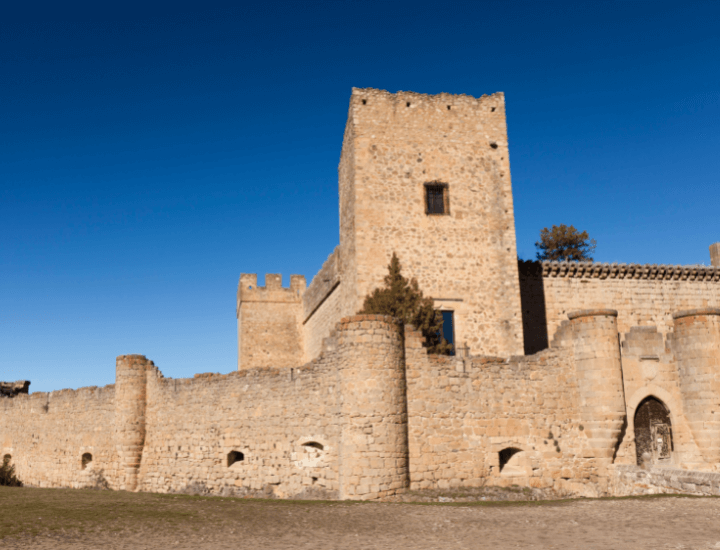 Bonita vista del famoso castillo de Pedraza, España