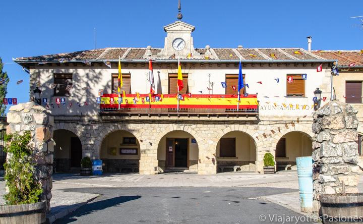 Vista del centro del bonito pueblo de Navafría en España