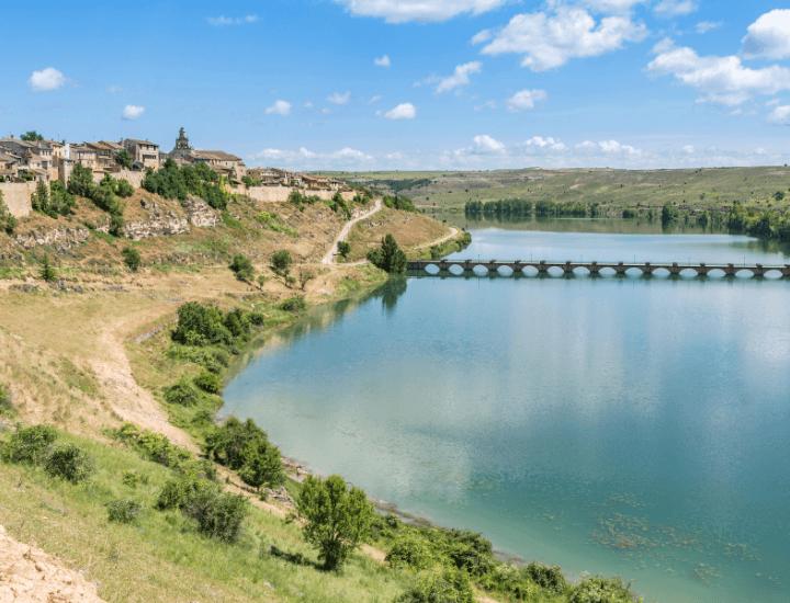 Hermosa vista del embalse de Maderuelo en la Provincia de Segovia, España