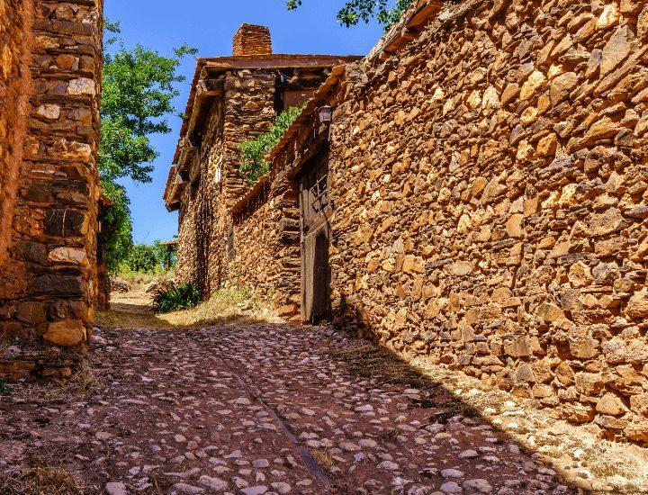 Hermoso detalle de un callejón de Madriguera en la provincia de Segovia, España