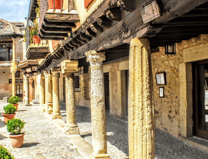 Espectacular pórtico en la plaza mayor de Pedraza, en España