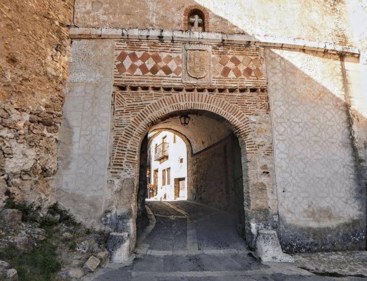 Vista de la famosa Puerta de la Villa en Pedraza, España