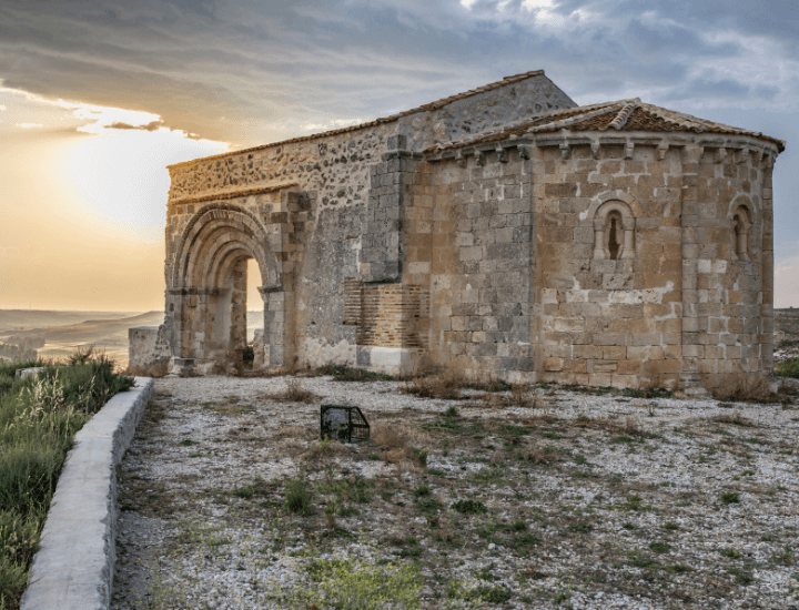 Espectacular vista de la iglesia del bonito pueblo de Sacramenia, España
