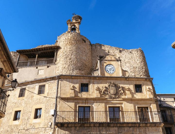 Vista de las ruinas del castillo de Fernán González en la Plaza Mayor de Sepúlveda, España
