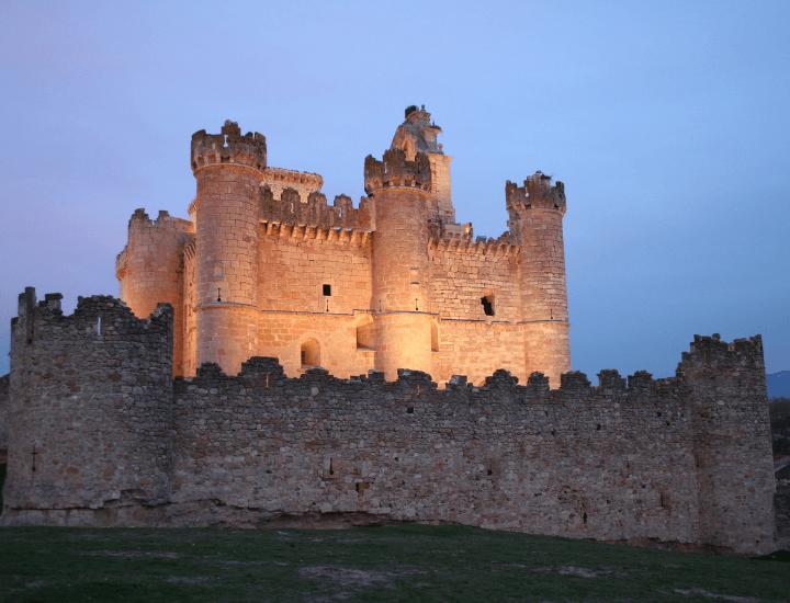 Imagen del castillo de Turégano por la noche en España