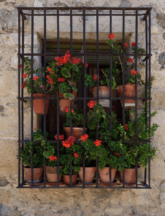 Típica ventana de una casa de Pedraza, España