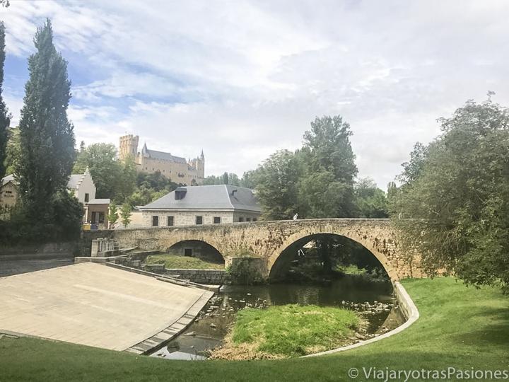 Bonita vista de uno de los puentes del Alameda en Segovia, en España