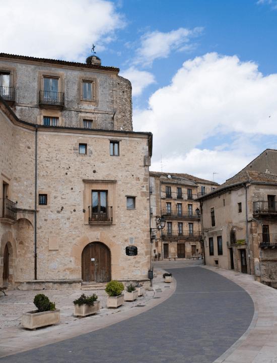Fachada de la antigua cárcel de Sepúlveda, España