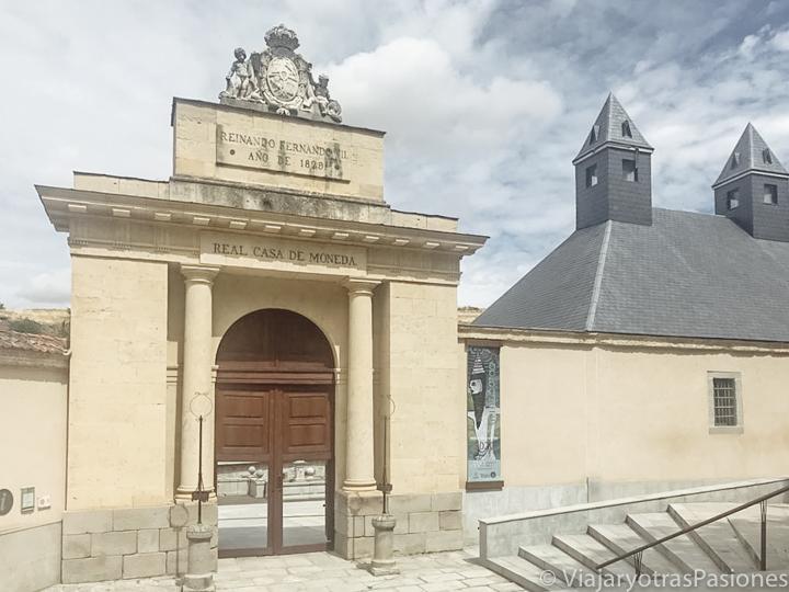Entrada de las Casa de la Moneda en Segovia, en España