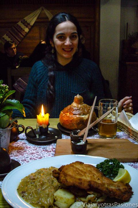 Comiendo un plato de Kotlet Schabowy en un restaurante en Polonia