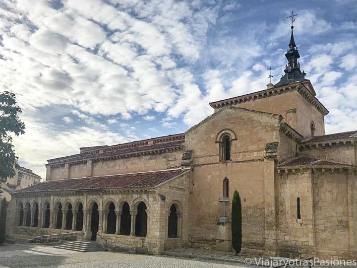 Panorama de hermosa iglesia de San Millán en Segovia, España