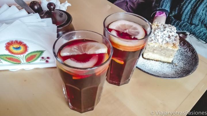 Imagen de la típica bebida kompot, muy común en Polonia