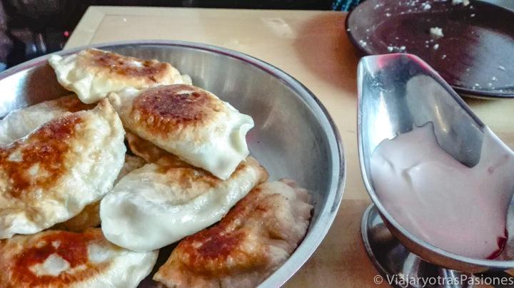 Típico plato de pierogi polacos