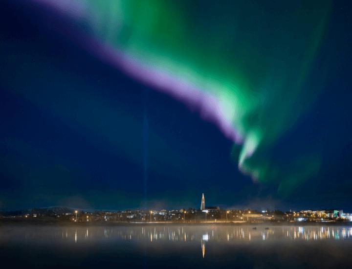 Espectacular vista de la hermosa aurora boreal en la noche de Reikiavik, en Islandia