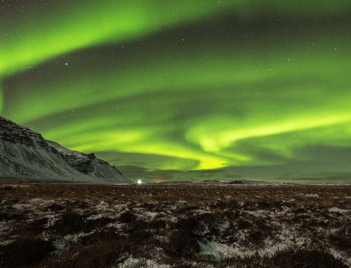 Espectacular panorama de la aurora boreal en Islandia