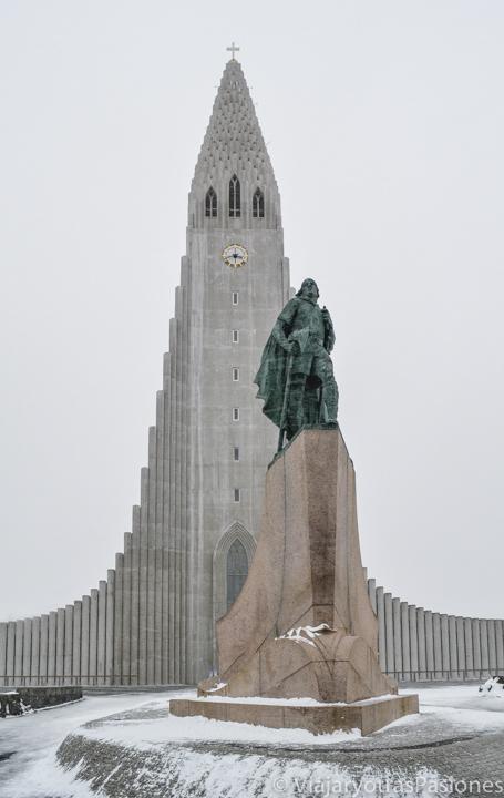 Estatua de Eriksson frente a la iglesia de Hallgrímskirkja en Reikiavik, Islandia