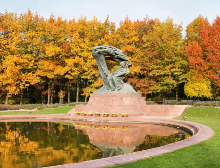 Imagen otoñal de la estatua de Chopin en el Parque Lazienki, en Varsovia