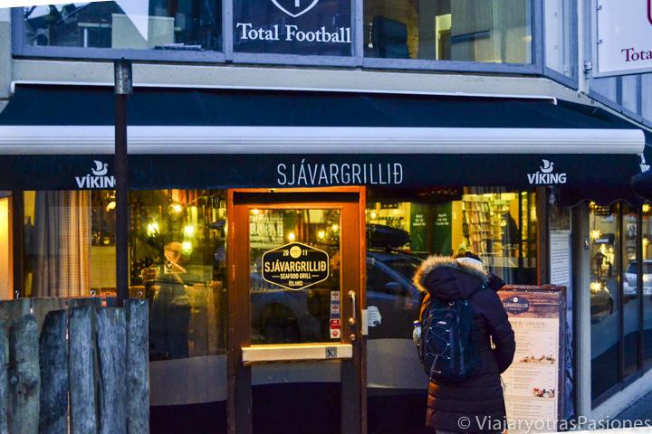 Entrada del famoso restaurante de Sjavargrillid en Reikiavik, Islandia
