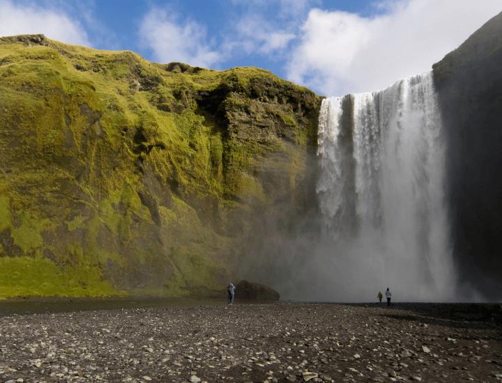 Maravillosa vista de la famosa cascada Skogafoss en Islandia