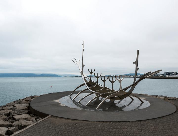 Famosa imagen de la estatua del Viajero del Sol en Reikiavik, Islandia