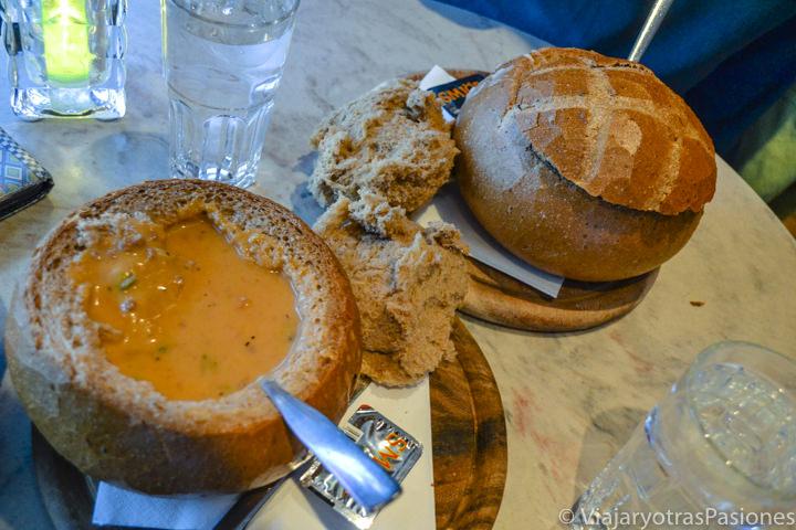 Deliciosa porción de sopa en pan en un restaurante en Islandia