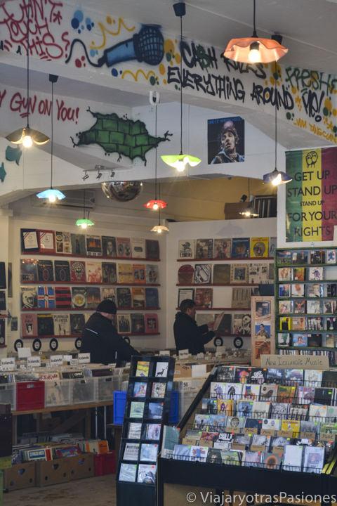 Interior de una bonita tienda en la Calle Laugavegur en Reikiavik, Islandia