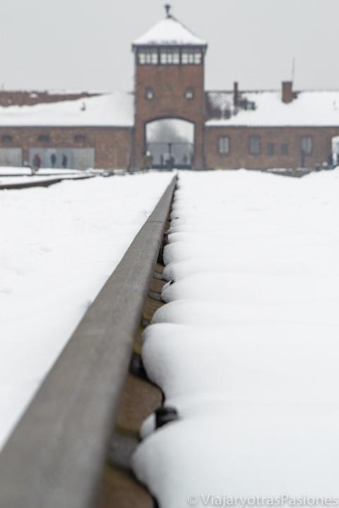 Detalle de la via del tren en el campo de Birkenau, en Polonia