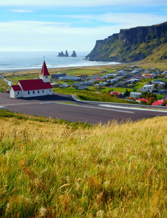 Panorama del típico pueblo de Vik en Islandia