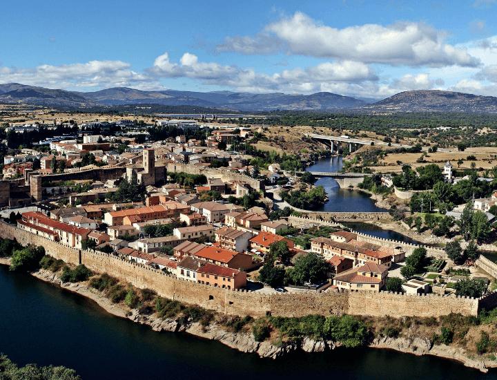 Hermoso panorama del pueblo de Buitrago, cerca de Madrid, en España
