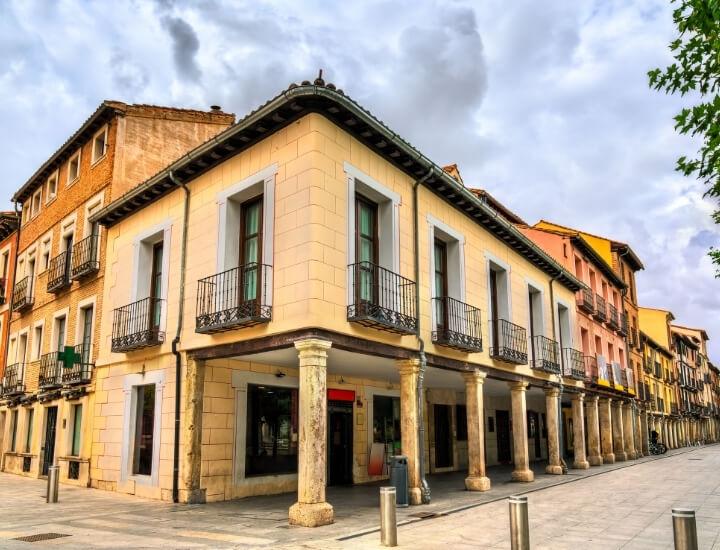 Bonito detalle de los famosos soportales de la Calle mayor de Alcalá de Henares, España