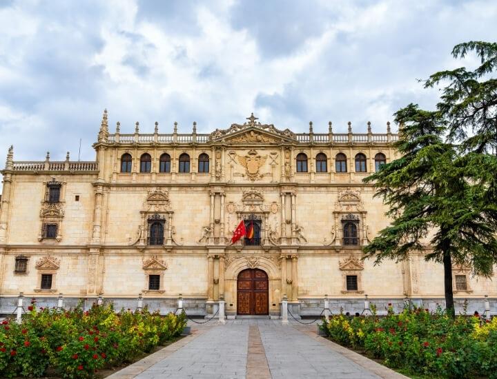 Hermosa fachada del Colegio Mayor San Ildefonso en Alcalá de Henares, España