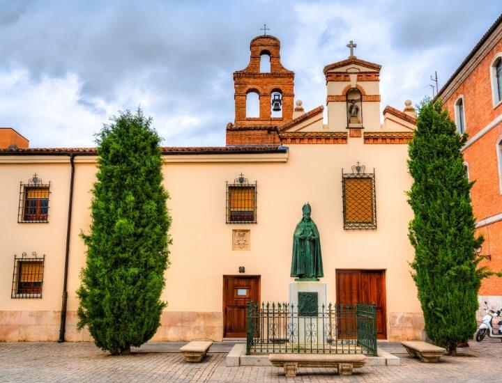 Bonita fachada del convento de San Diego en Alcalá de Henares, España