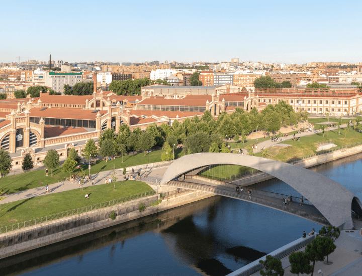 Bonita vista de Madrid Río y el Matadero en Madrid, España
