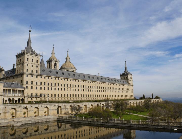 Famosa vista del Palacio de El Escorial cerca de Madrid, España