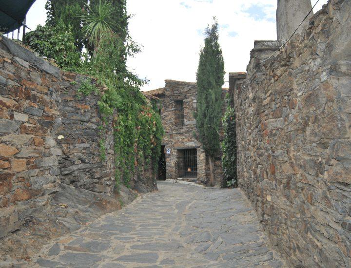 Bonita vista de un callejón de Pizarra de Patones, cerca de Madrid